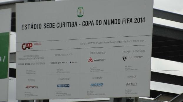 Placa na Arena da Baixada que indica o estádio como sede da Copa do Mundo de 2014