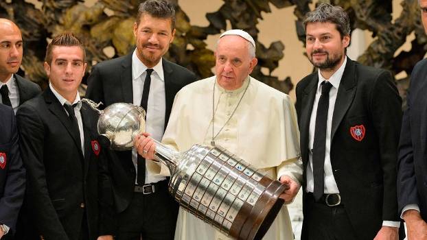 Papa Francisco segura a Taça Libertadores conquistada pelo seu San Lorenzo