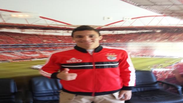Rodrigo com a imagem do estádio da Luz ao fundo: 17 gols e 8 assistências na temporada