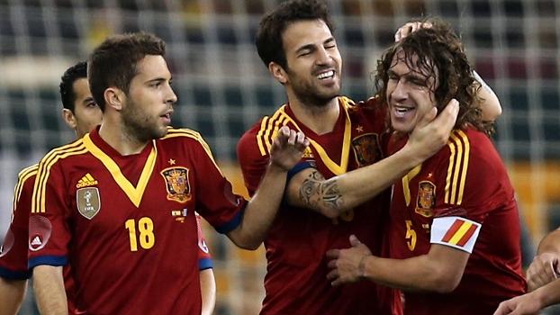 Fábregas abriu o placar para a Espanha e comemorou com Puyol