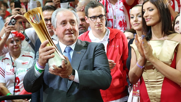 Ary Graça, presidente da FIVB, com o troféu do Mundial de vôlei, na Polônia