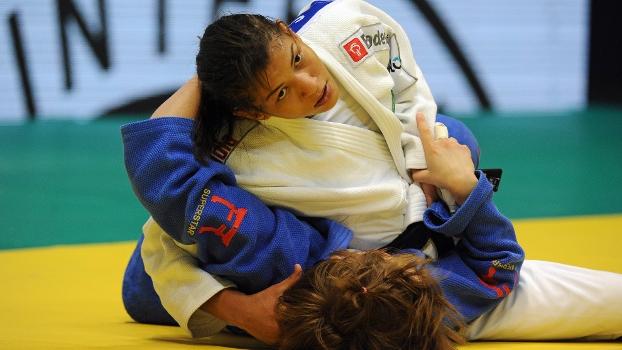 Sarah Menezes venceu três lutas e avançou à semifinal do Mundial de judô, no Maracanãzinho