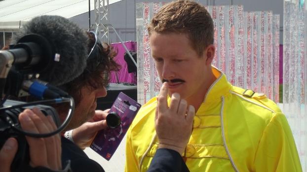 Steven Kent se preparando para encarar Freddie Mercury na Vila Olímpica