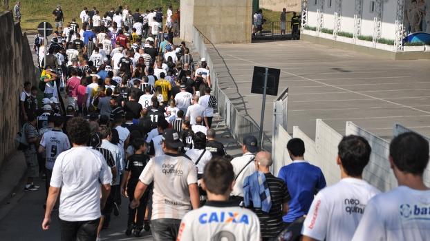 Corintianos saem do metrô em direção à Arena Corinthians para o primeiro jogo oficial no estádio