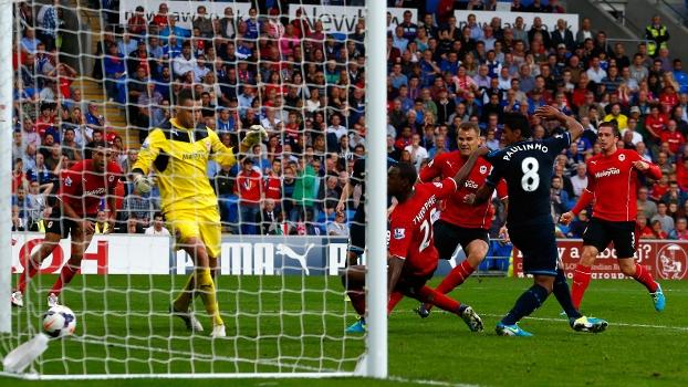 Paulinho (8) toca de letra para marcar o golaço da vitória do Tottenham sobre o Cardiff City