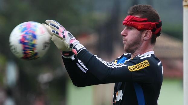 Recuperado de lesão na cabeça, Paulo Victor deve retornar à meta do Flamengo