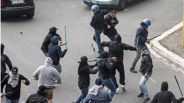 Quatro torcedores estão feridos por conta da briga, informa o jornal italiano Gazzetta dello Sport