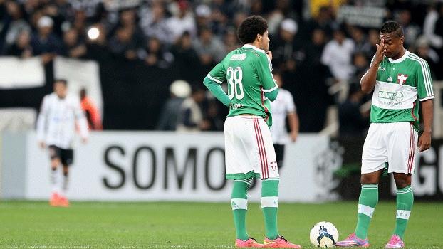 Jogadores do Palmeiras lamentam após gol corintiano