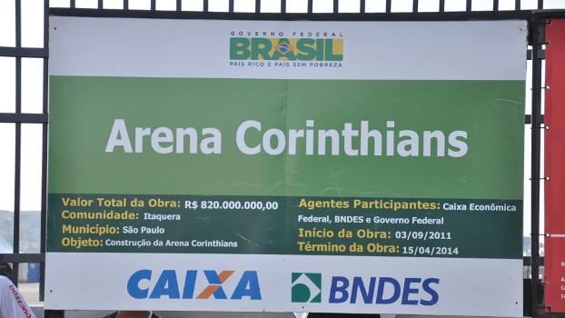 Placa de cor verde próxima à Arena Corinthians indica o valor investido na construção do estádio