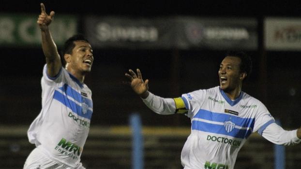 Afonso, esquerda, marcou o primeiro gol do Novo Hamburgo