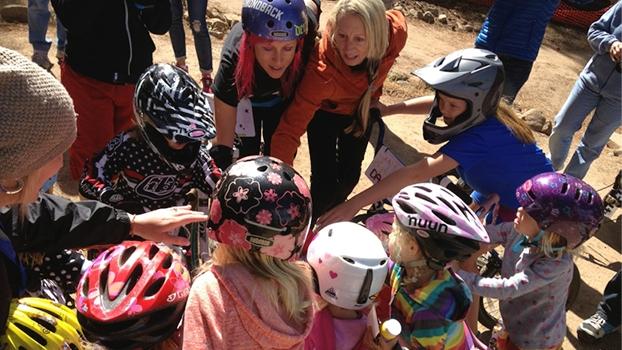 Kat Sweet com as crianças, dando e recebendo muitas coisas boas.