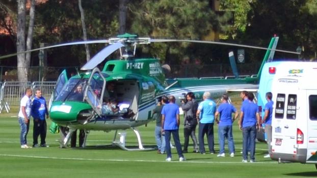 Deitado em uma maca, Neymar foi colocado no helicóptero e deixou a Granja Comary