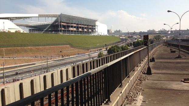 O estádio do Corinthians recebe operários que tentam concluir as lojas oficiais da Fifa para a Copa do Mundo