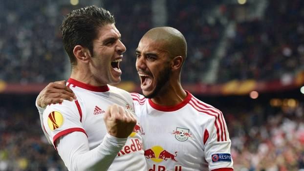 Brasileiro Alan, do Red Bull Slazburg, comemora gol com Soriano