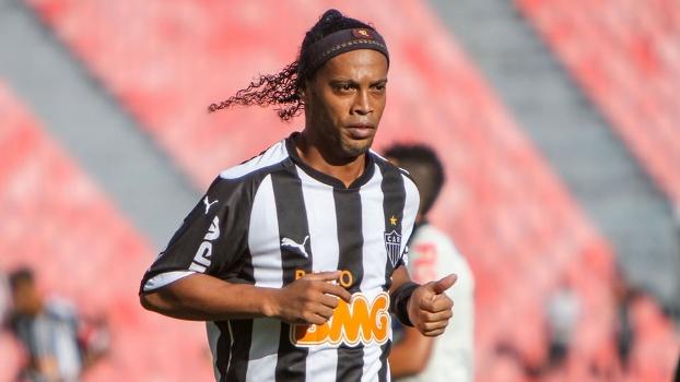 Ronaldinho não conseguiu se destacar na partida contra o Corinthians