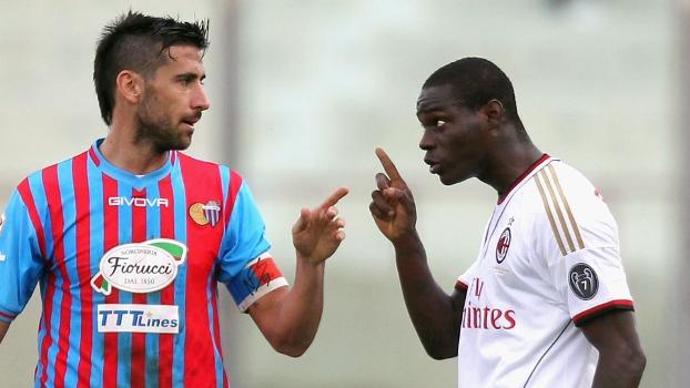Spolli e Balotelli discutindo durante o jogo entre Catania e Milan