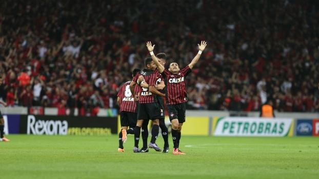 Deivid comemora o gol do Atlético-PR na Arena da Baixada lotada, contra o América-RN