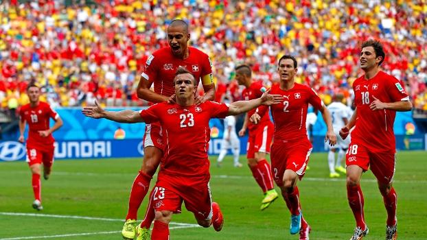Shaqiri comemora um de seus dois gols com os companheiros