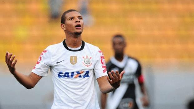 O volante Willian Arão retorna ao Corinthians após liberação da Chapecoense