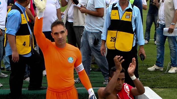 Fernando Prass acena para a torcida; goleiro pediu reforços para 2014
