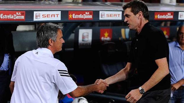 Mourinho e Tito Vilanova se cumprimentam antes do jogo de ida da Supercopa da Espanha