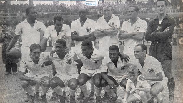 Lima, Zito, Haroldo, Ismael, Modesto e o goleiro Gilmar - agachados: Toninho Guerreiro, Mengálvio, Coutinho, Pelé e Pepe
