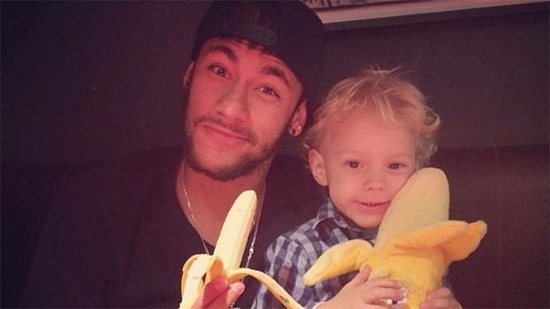 Ao lado do filho, Neymar postou foto com banana, em solidariedade a Daniel Alves