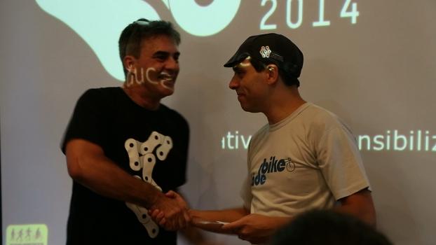 Willian Cruz do Vá de Bike recebe Prêmio Promovendo a Mobilidade em Bicicleta