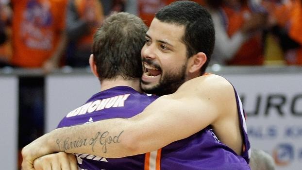 Vitor Faverani abraça o companheiros Serhiy Lishchuk em vitória do Valencia na Euroliga