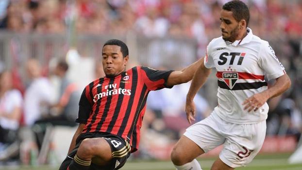 Douglas e Emanuelson disputam bola no jogo entre S�o Paulo e Milan na Copa Audi