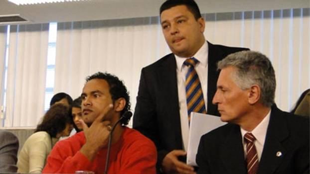 Dalledone, em pé, ao lado do goleiro Bruno