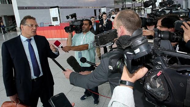 Jérôme Valcke, secretário-geral da Fifa, atende jornalistas em Doha, no Catar