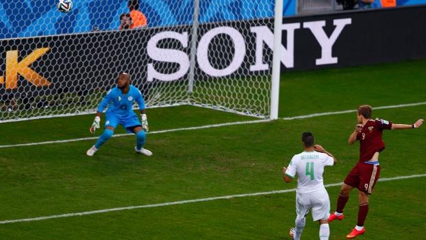 Kokorin desvia de cabeça para anotar o primeiro gol do jogo; Raïs M'Bolhi apenas observa a bola entrar