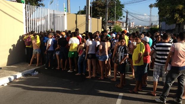 Manifestações se popularizam em todo o país, inclusive na cidade que receberá o próximo jogo da seleção brasileira