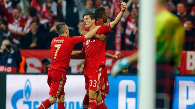 Mario Gomez comemorou com os companheiros após ampliar a vantagem a favor do clube alemão