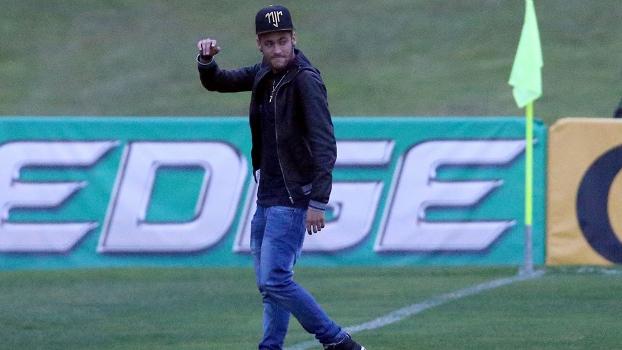 Neymar foi à Granja Comary acompanhar a seleção brasileira antes do jogo contra a Holanda