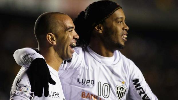 Ronaldinho e Tardelli comemoram gol do Atlético-MG na Bolívia  vaga  assegurada na prova e7b56688fc700