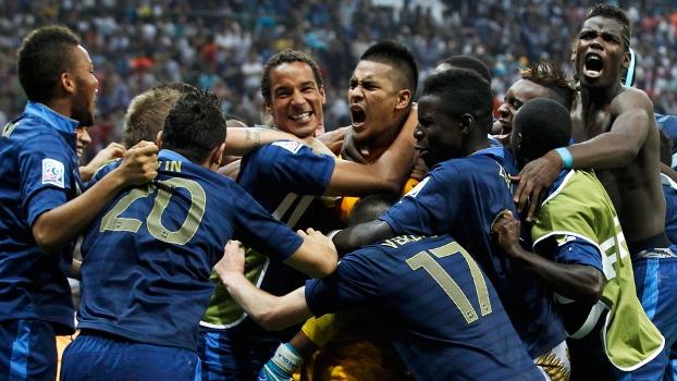 Jogadores da França comemora o título do Mundial sub-20