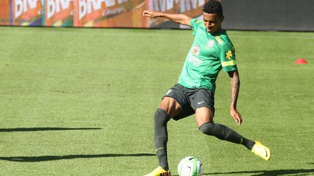 Luiz Gustavo durante treino da seleção brasileira na Suíça