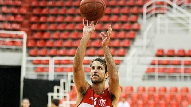 Marcelinho Machado em ação pelo Flamengo contra o Bauru, pela NBB