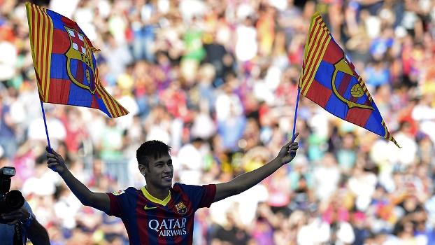 Neymar carrega bandeiras do Barcelona ao pisar no gramado do Camp Nou pela primeira vez