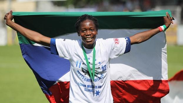 Bandeira de Guiné Equatorial em mãos, Genoveva Anonma comemora título alemão feminino com o Turbine Potsdam, em 2012