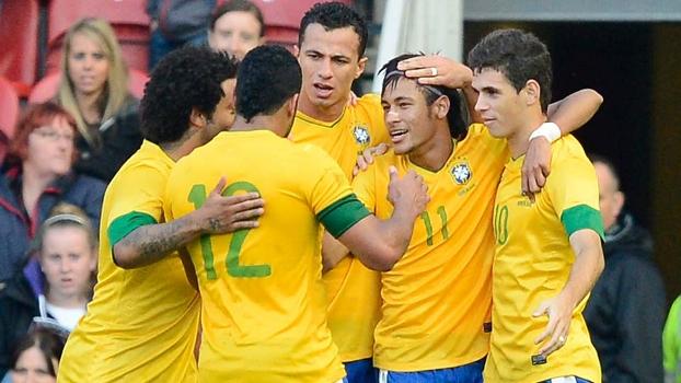 Neymar, Damião e Oscar comemoram gol do Brasil contra os britânicos em amistoso