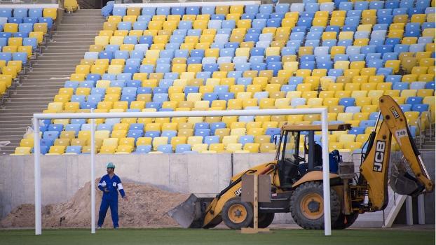 Trator no gramado do Maracanã; estádio segue em obras