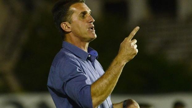 Vágner Mancini orienta os jogadores do Atlético-PR em São Januário