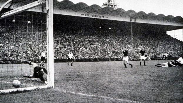 O famoso gol de Helmut Rahn: corte para o meio e chute de esquerda no canto