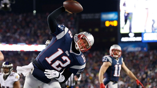 Tom Brady comemora seu touchdown corrido durante Patriots x Ravens
