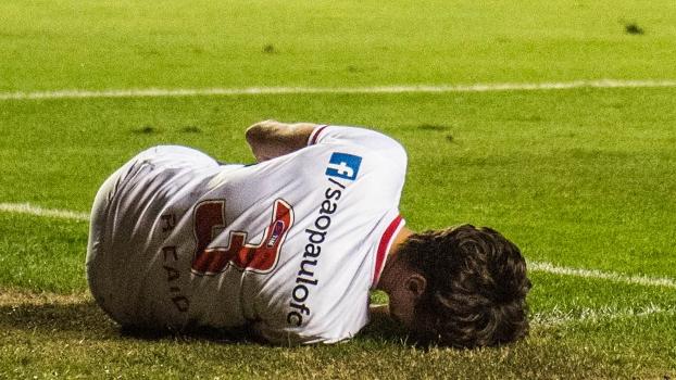 Rodrigo Caio lesionou o joelho esquerdo e saiu de campo chorando neste sábado