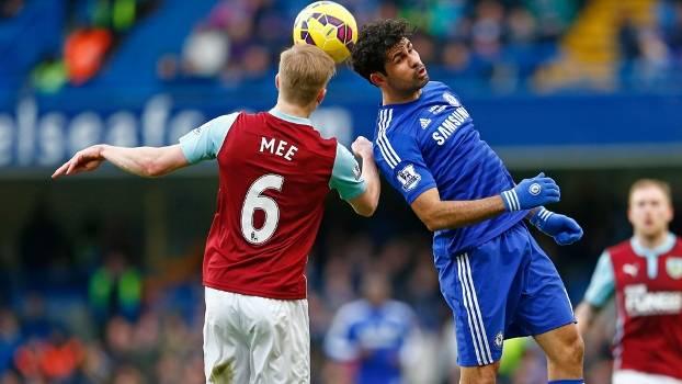 Diego Costa e Mee disputam bola durante jogo entre Chelsea e West Ham