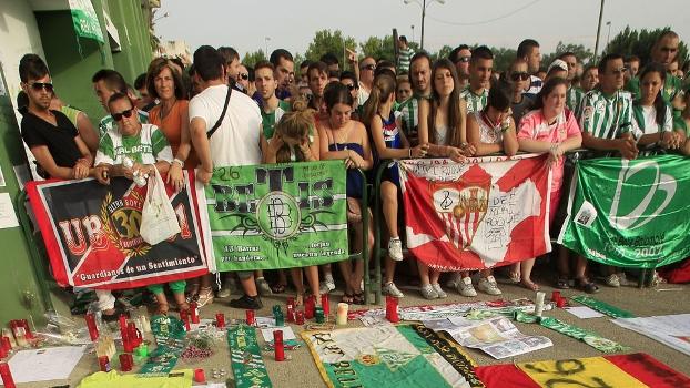 Torcedores do Sevilla, rival do Betis, também prestaram homenagem ao zagueiro